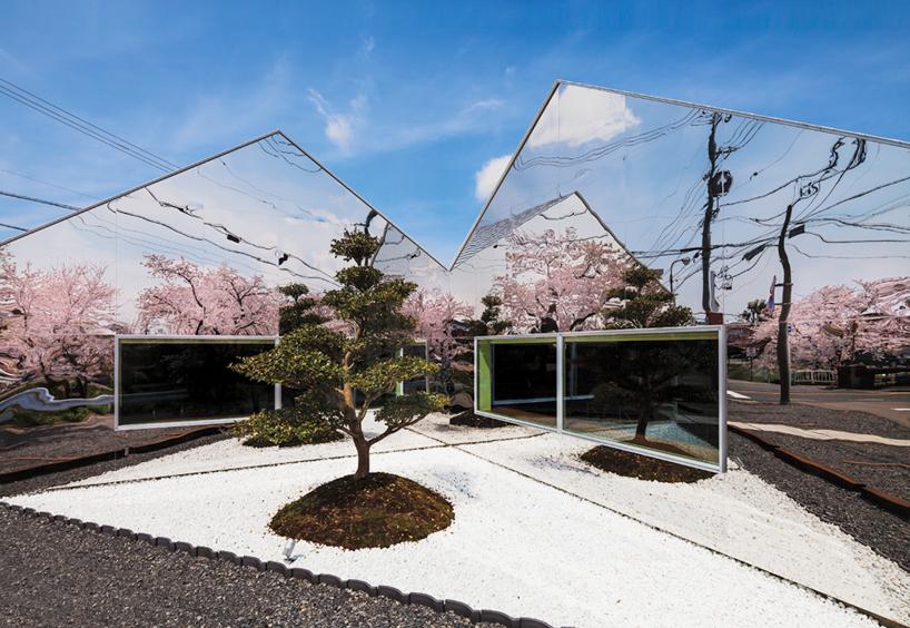Preciosa cafeteria en Japón con espejos en su fachada para reflejar el paisaje 1