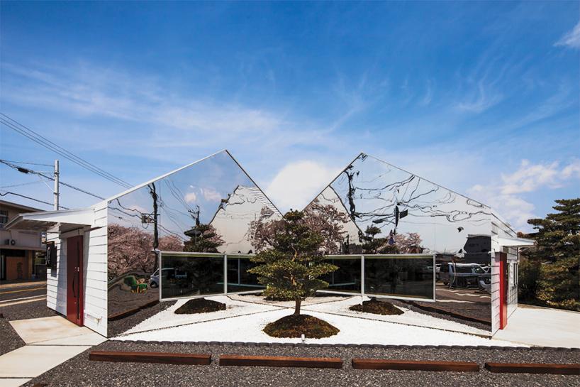 Preciosa cafeteria en Japón con espejos en su fachada para reflejar el paisaje 10