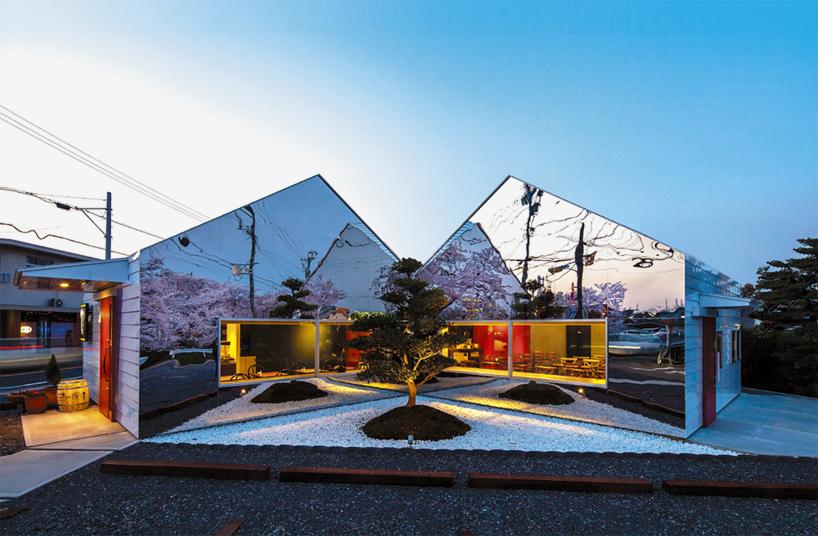 Preciosa cafeteria en Japón con espejos en su fachada para reflejar el paisaje 11