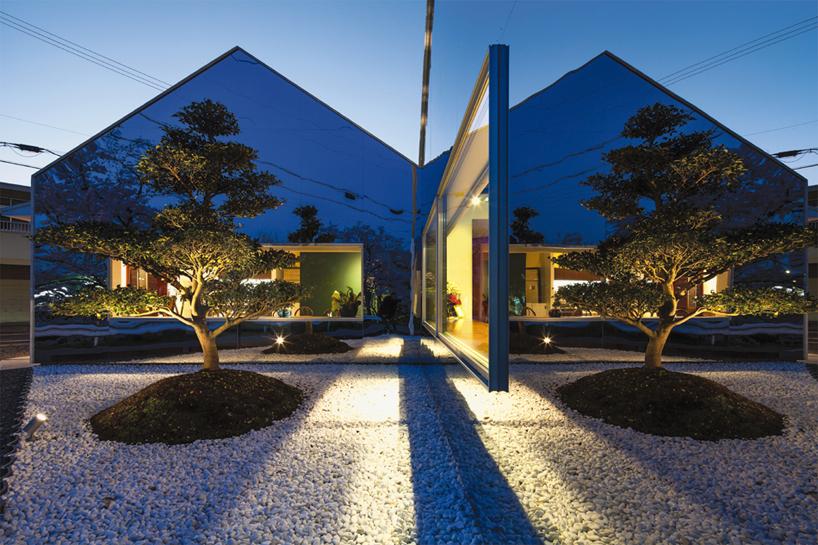 Preciosa cafeteria en Japón con espejos en su fachada para reflejar el paisaje 12