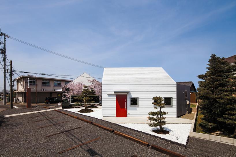 Preciosa cafeteria en Japón con espejos en su fachada para reflejar el paisaje 4
