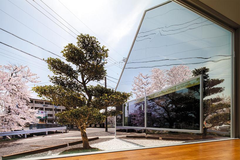 Preciosa cafeteria en Japón con espejos en su fachada para reflejar el paisaje 5