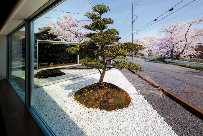 Preciosa cafeteria en Japón con espejos en su fachada para reflejar el paisaje 6