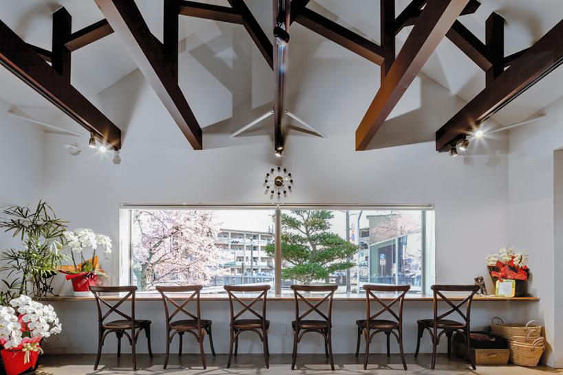 Preciosa cafeteria en Japón con espejos en su fachada para reflejar el paisaje 7