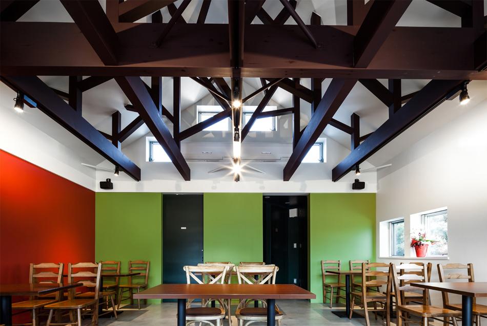 Preciosa cafeteria en Japón con espejos en su fachada para reflejar el paisaje 8