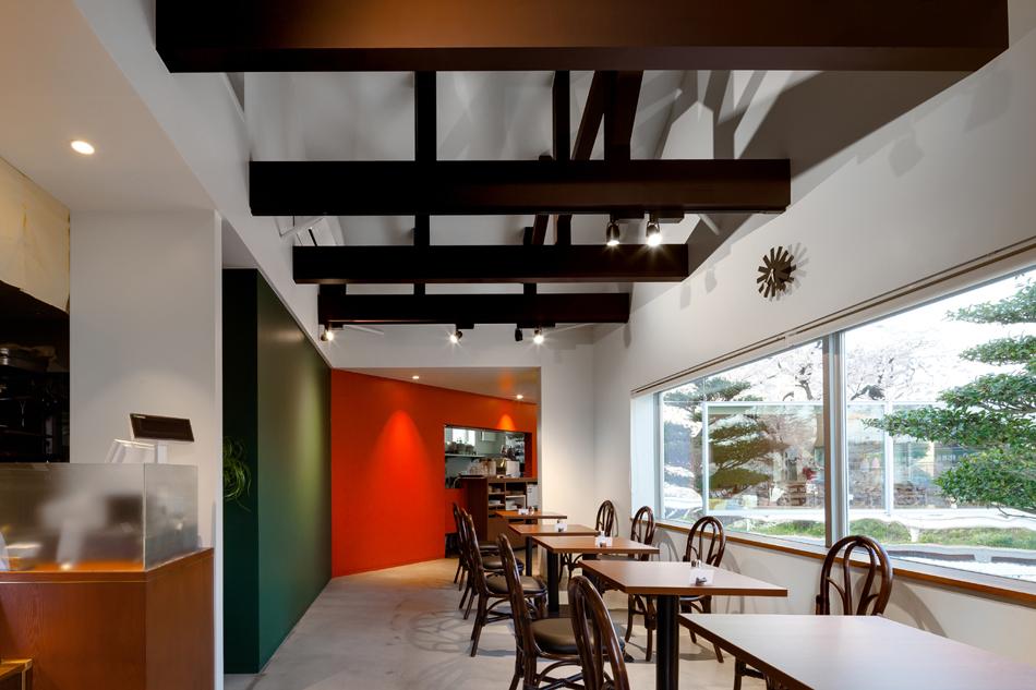 Preciosa cafeteria en Japón con espejos en su fachada para reflejar el paisaje 9