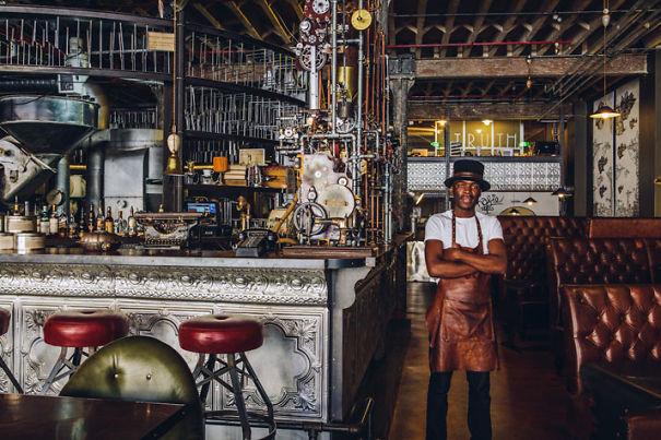 Alucinante decoracion steampunk en una cafetería de Sudafrica 1