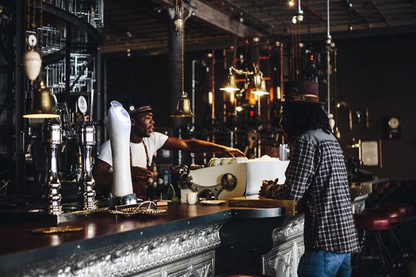 Alucinante decoracion steampunk en una cafetería de Sudafrica 4