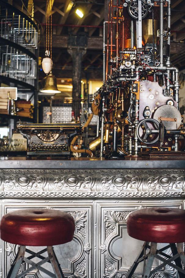 Alucinante decoracion steampunk en una cafetería de Sudafrica 5