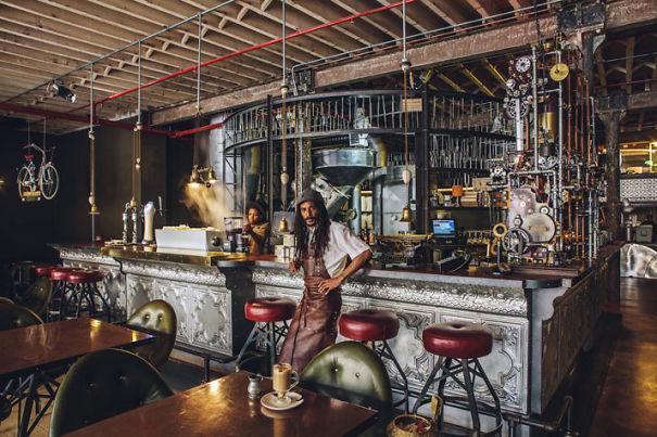 Alucinante decoracion steampunk en una cafetería de Sudafrica 6