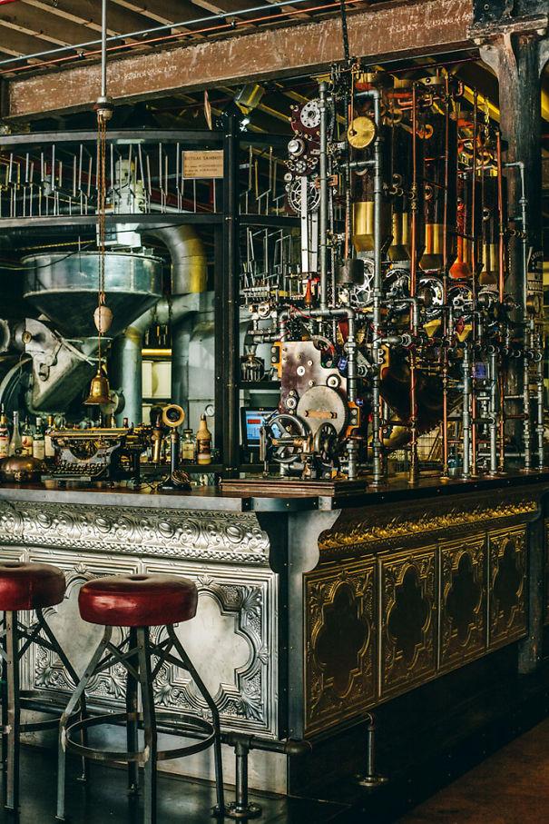 Alucinante Decoración Steampunk En Una Cafetería De