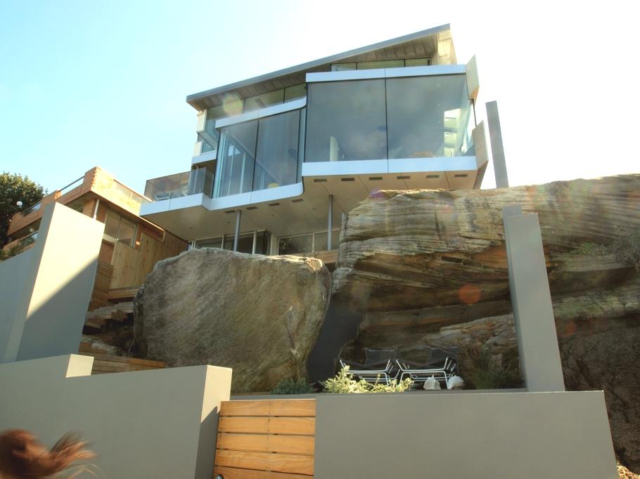 Esta casa frente al mar aprovecha su diseño moderno para adaptarse al paisaje 1