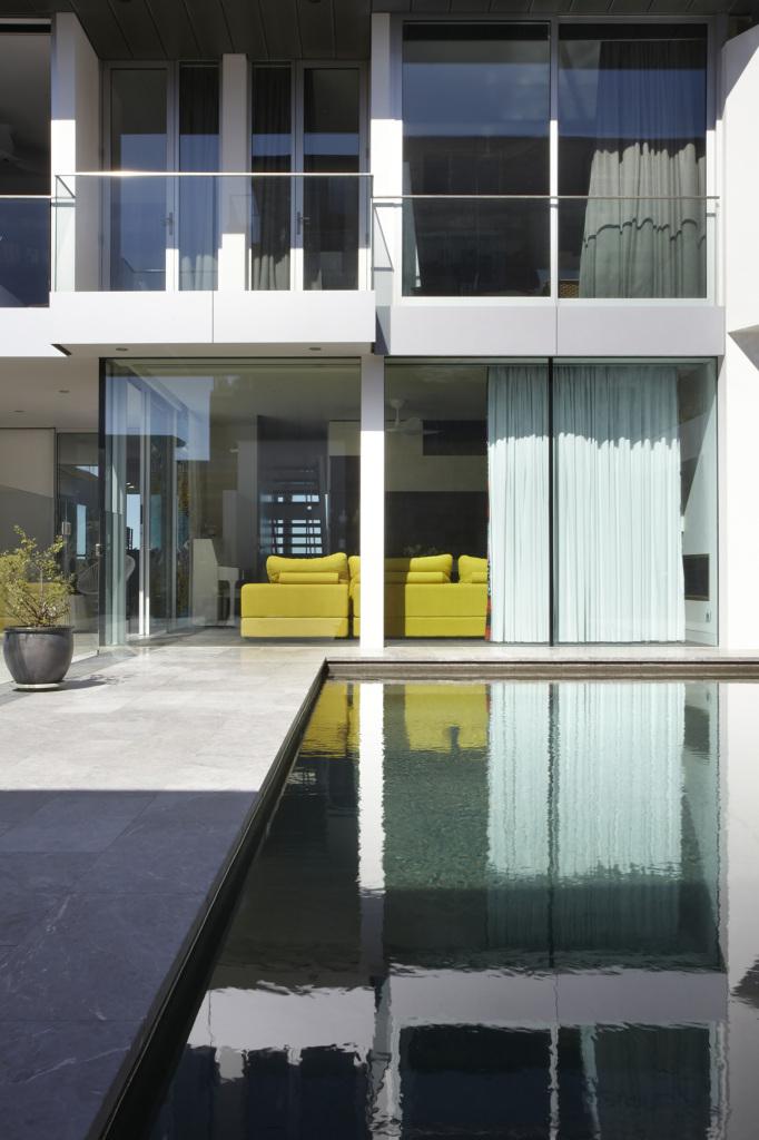 Esta casa frente al mar aprovecha su diseño moderno para adaptarse al paisaje 4