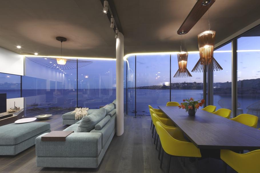 esta casa frente al mar aprovecha su diseño moderno para adaptarse