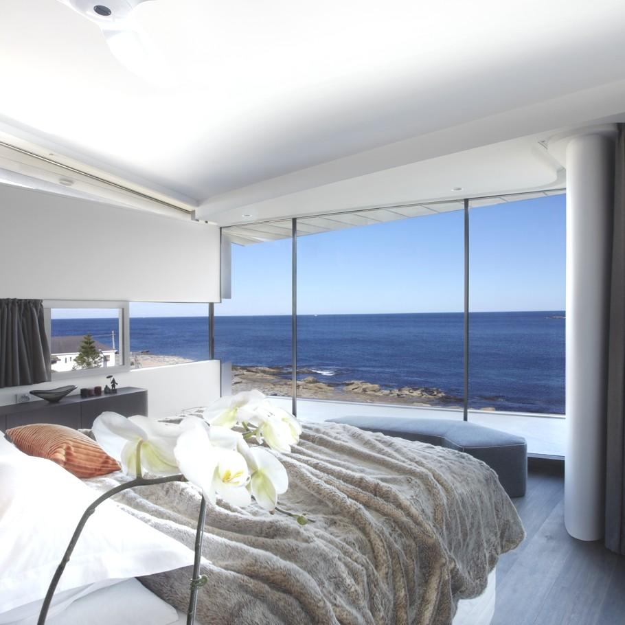 Esta casa frente al mar aprovecha su diseño moderno para adaptarse al paisaje 6