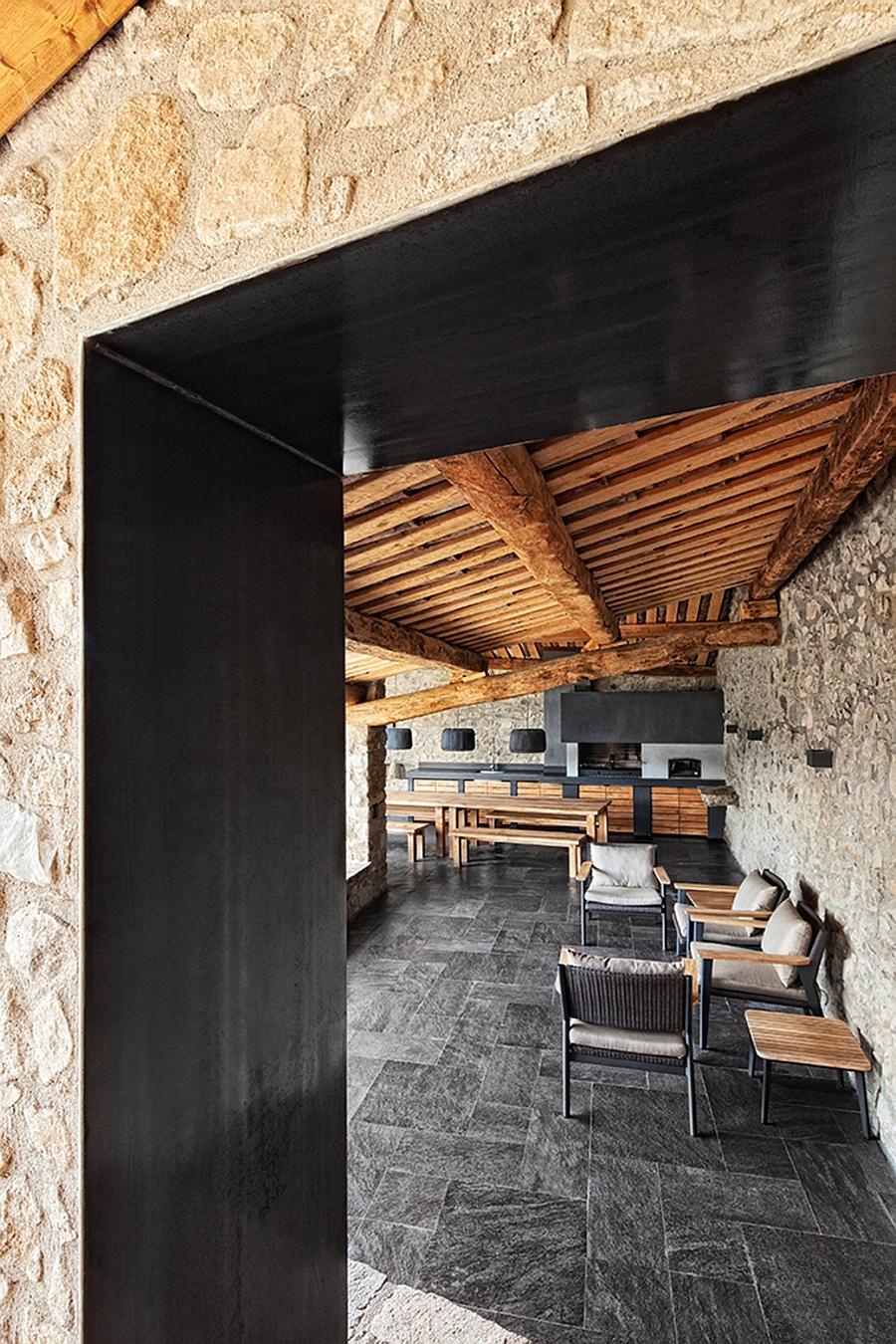 Masia espanola convertida en una casa moderna 12