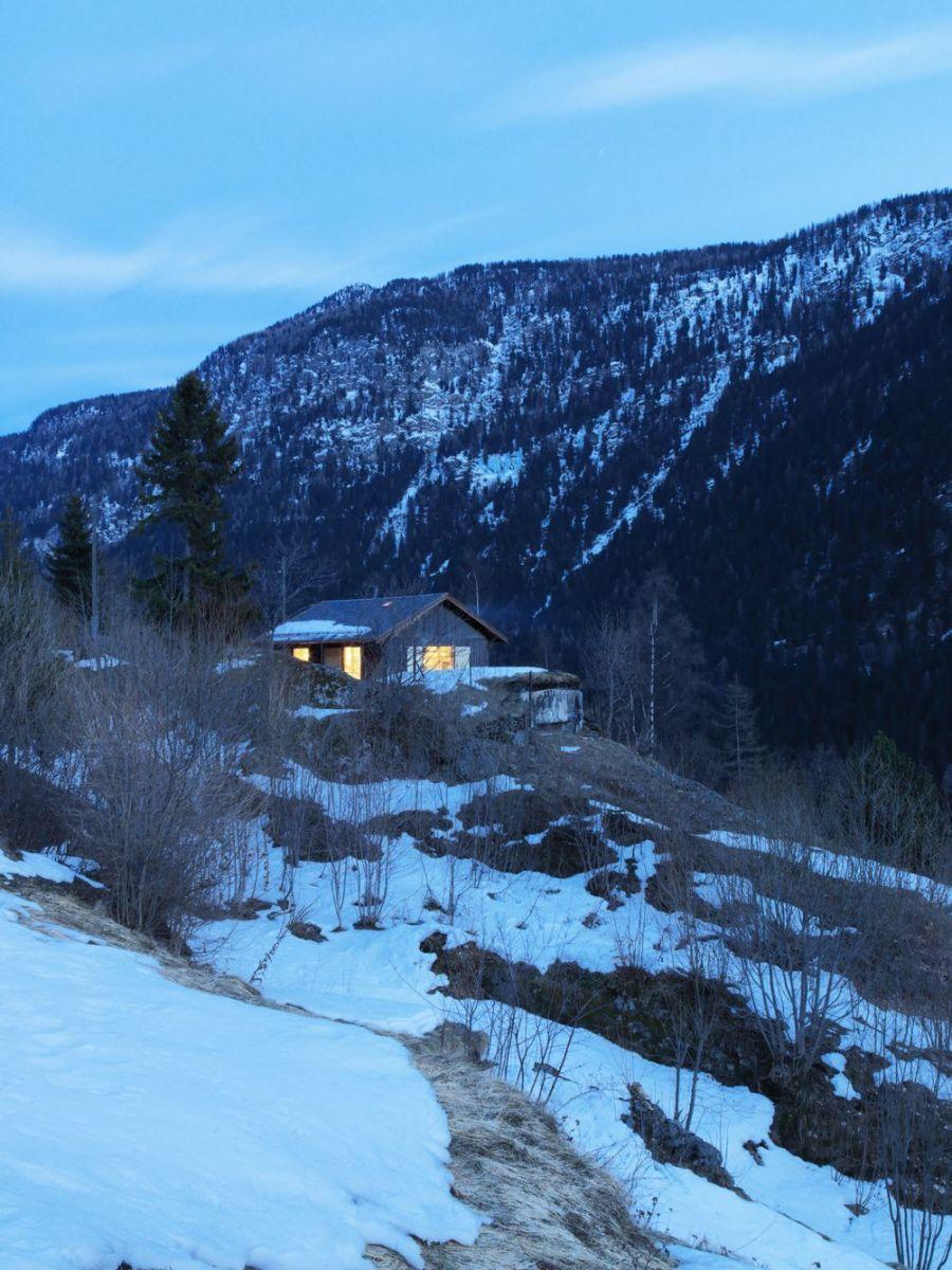 Refugio militar suizo convertido en una casa modernista alpina 10