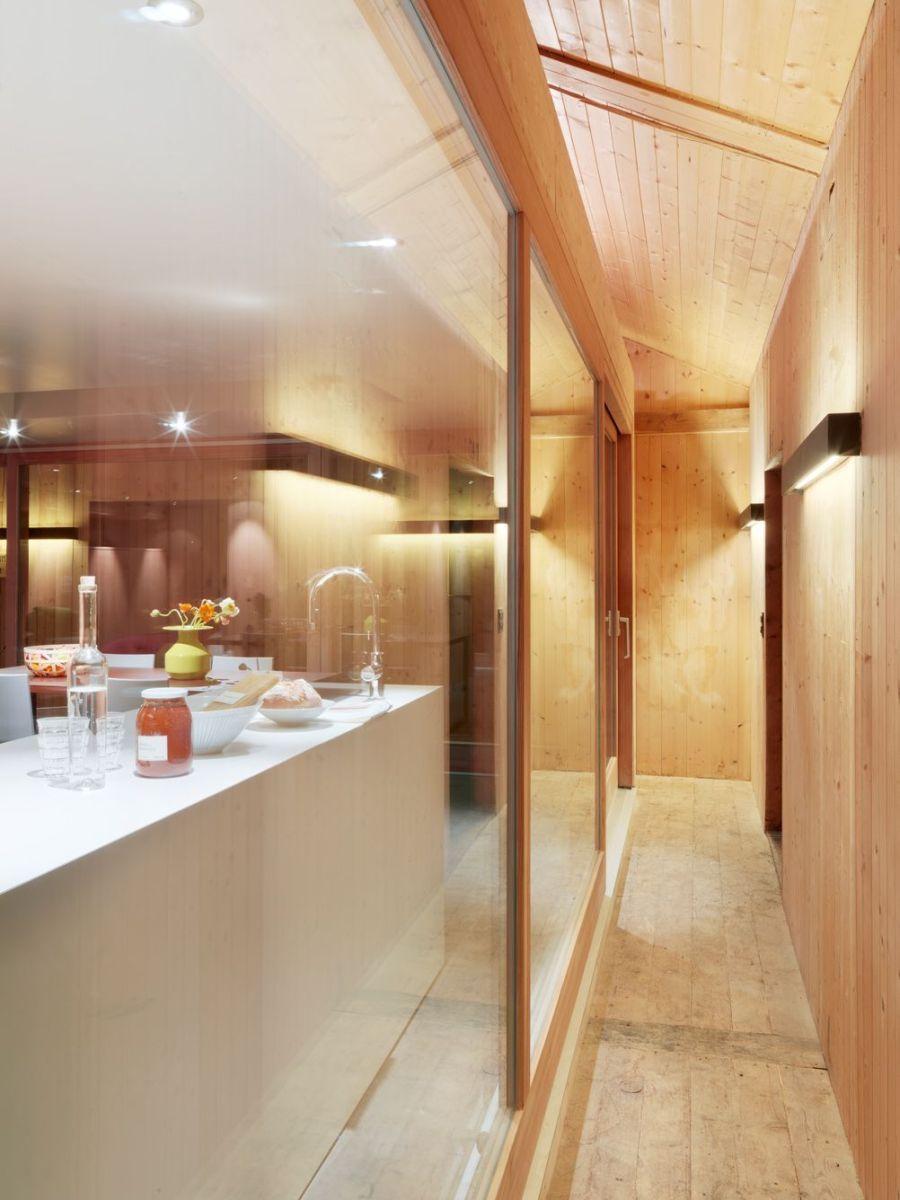Refugio militar suizo convertido en una casa modernista alpina 12