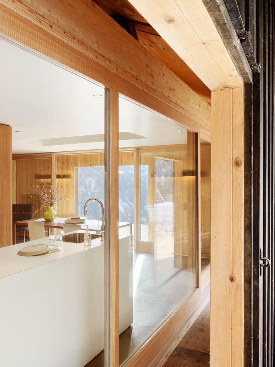 Refugio militar suizo convertido en una casa modernista alpina 13