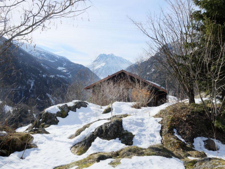 Refugio militar suizo convertido en una casa modernista alpina 9