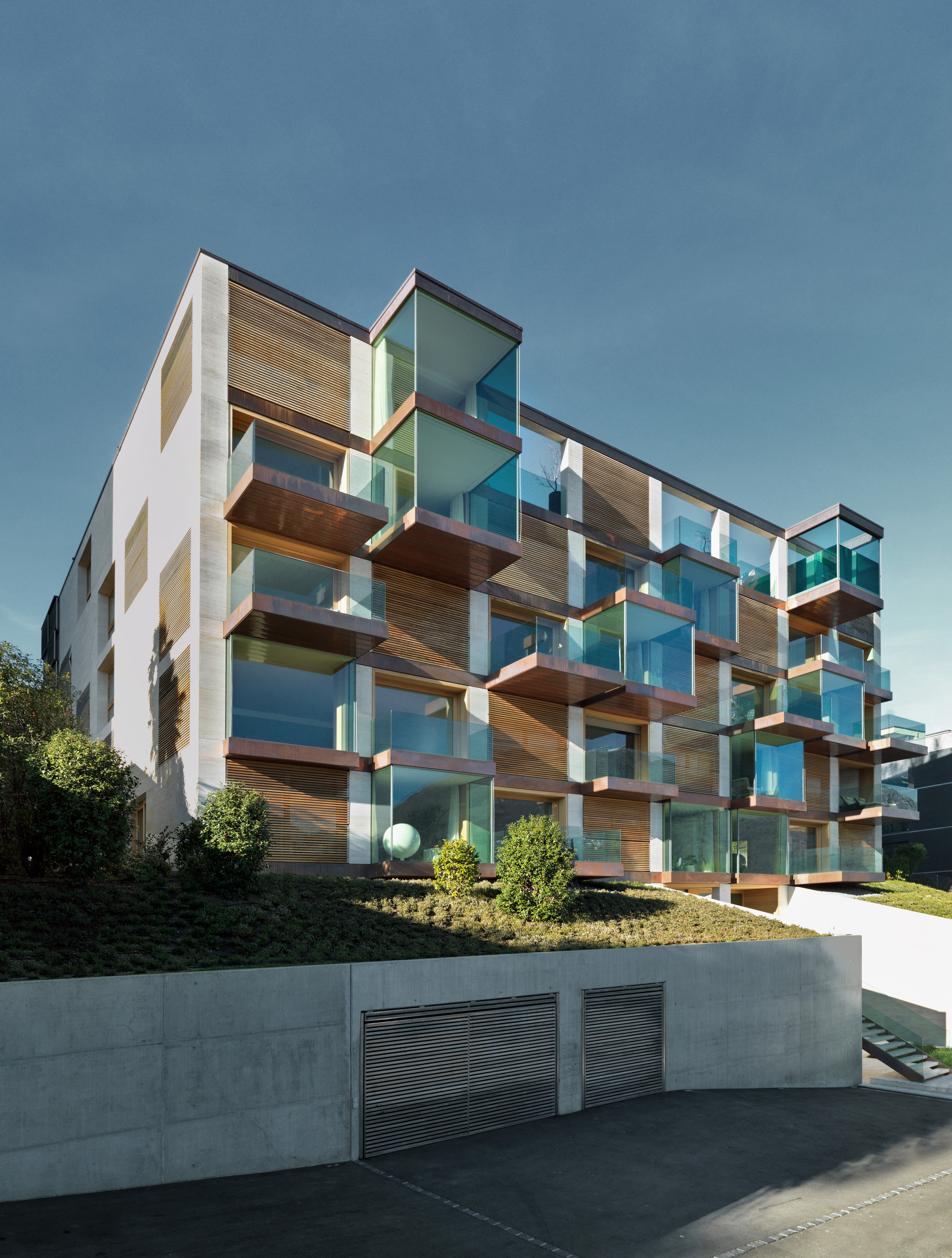Urbanización de lujo con una fachada hecha de cubos de cristal 1