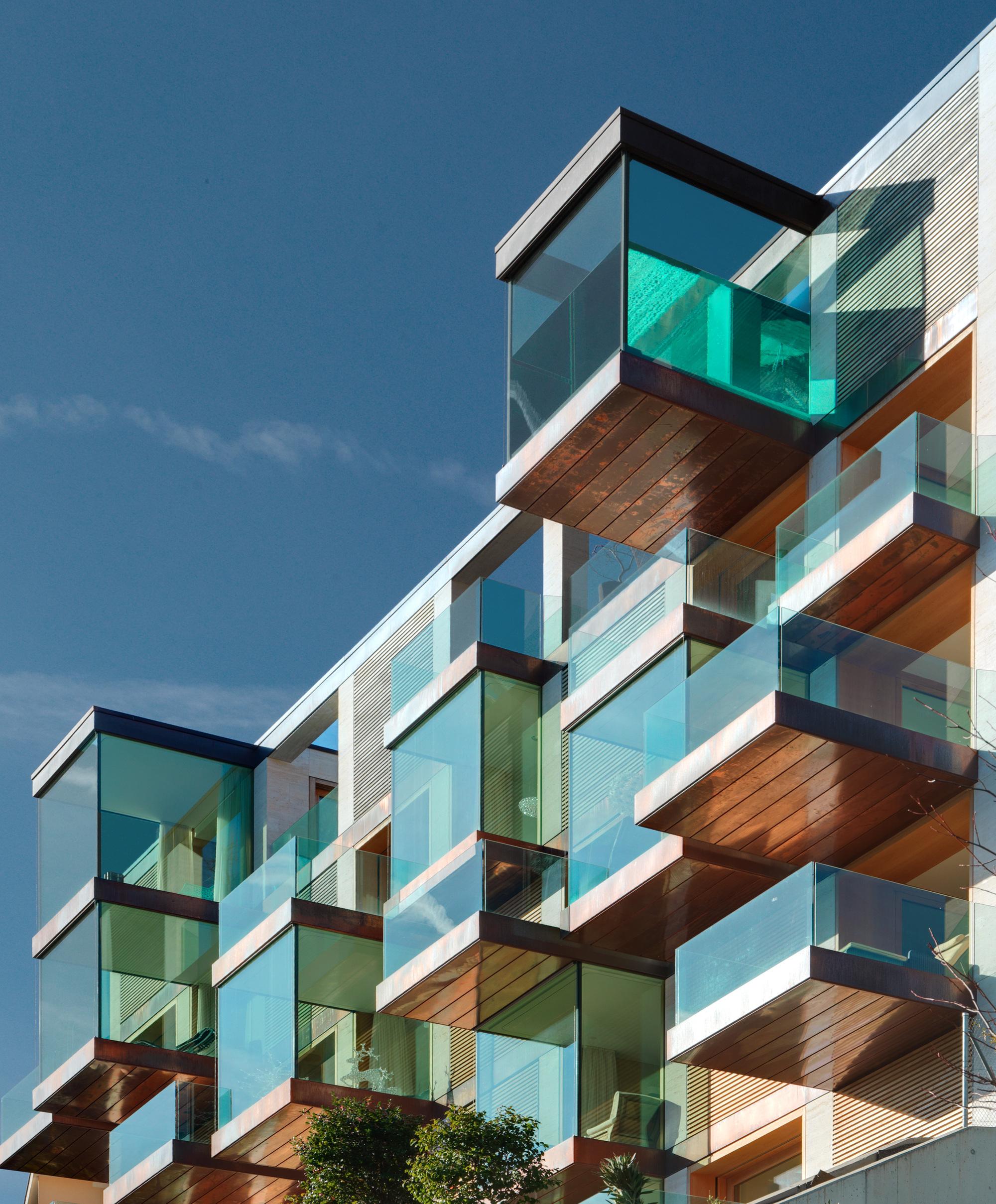 Urbanizaci n de lujo con una fachada hecha de cubos de - Fachada de cristal ...