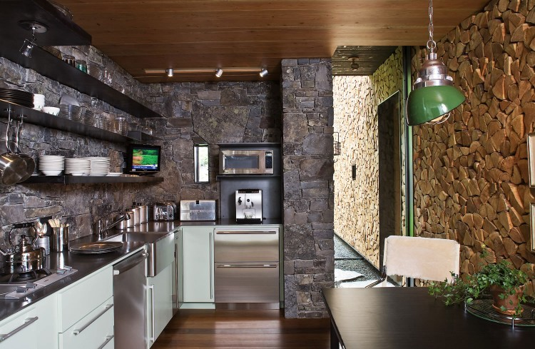 casa de campo roca y madera 13