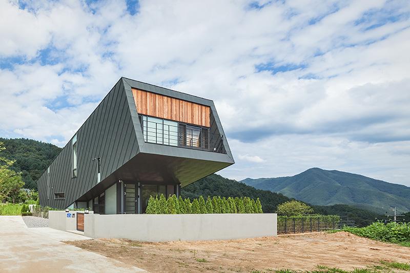 Casa inclinada para captar mejor los rayos del sol for Casa moderna corea