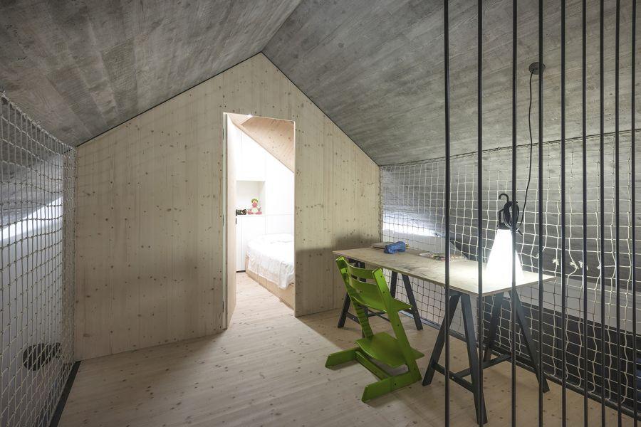 La arquitectura moderna y tradicional eslovena confluyen en esta casa compacta 10