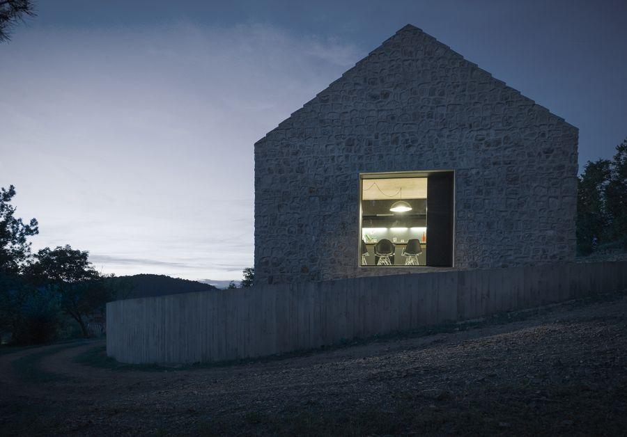La arquitectura moderna y tradicional eslovena confluyen en esta casa compacta 12