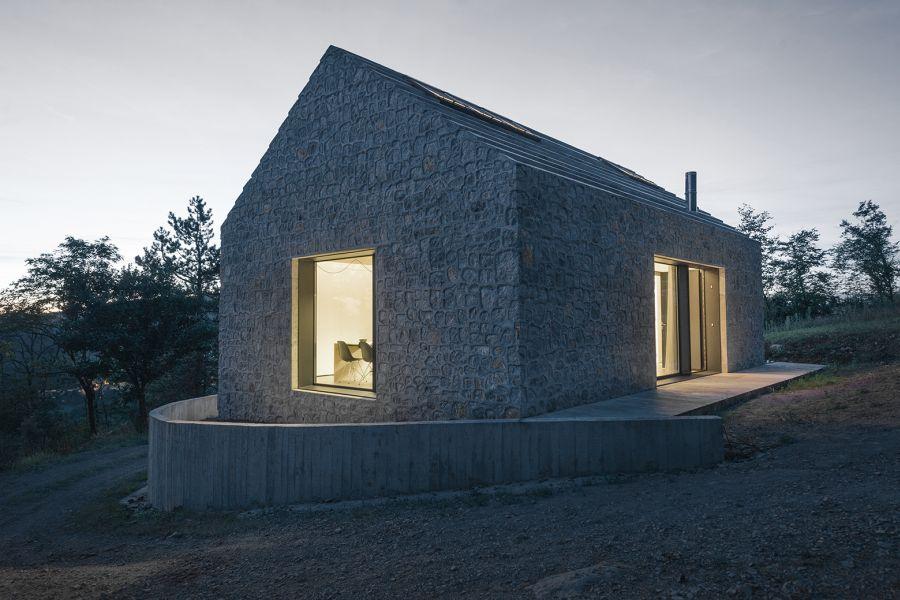 La arquitectura moderna y tradicional eslovena confluyen en esta casa compacta 13