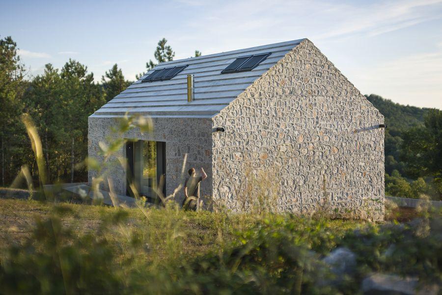 La arquitectura moderna y tradicional eslovena confluyen en esta casa compacta 14