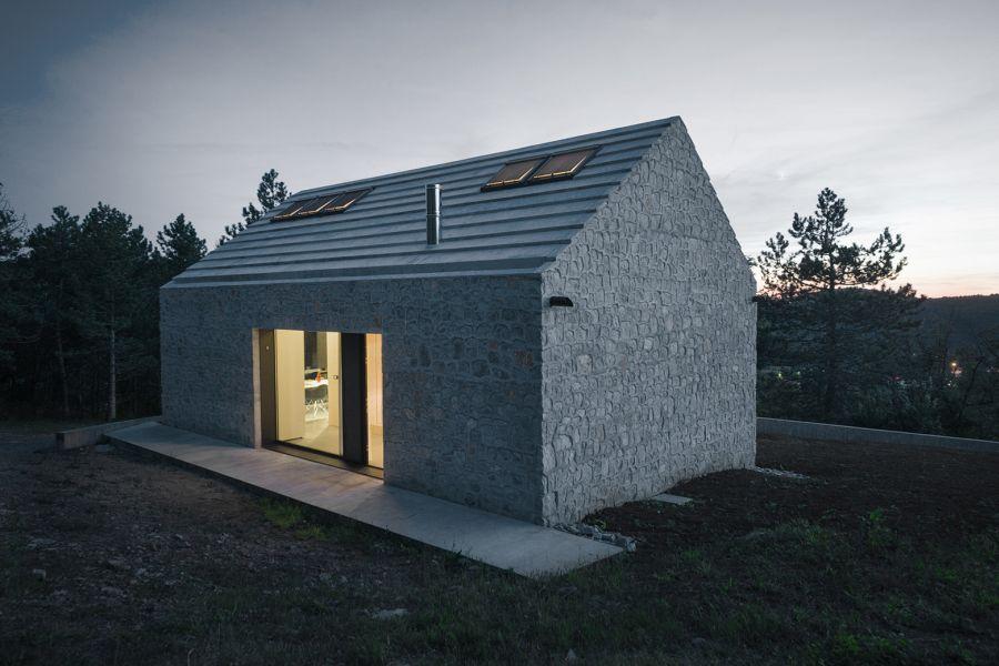 La arquitectura moderna y tradicional eslovena confluyen en esta casa compacta 15