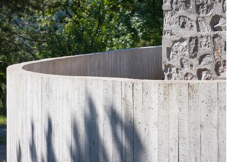 La arquitectura moderna y tradicional eslovena confluyen en esta casa compacta 16