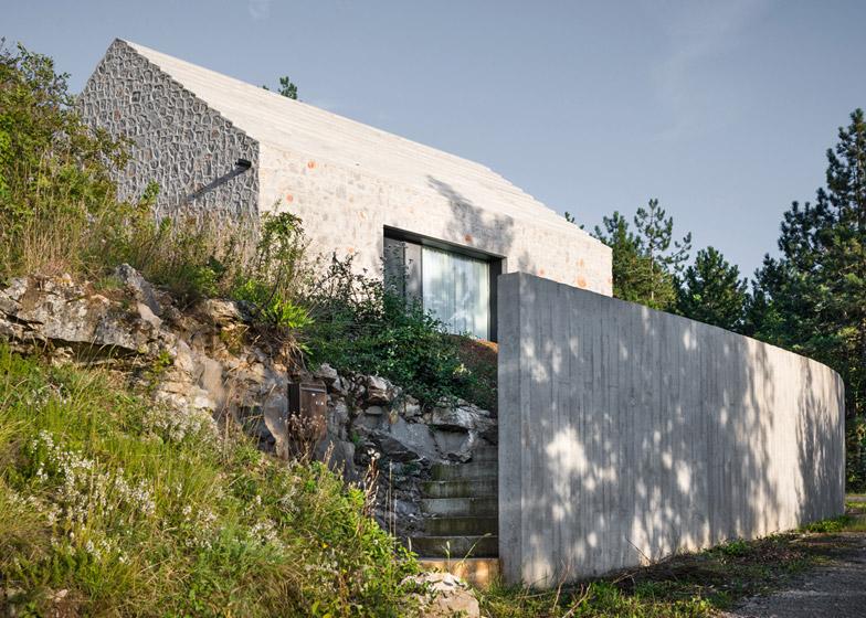 La arquitectura moderna y tradicional eslovena confluyen en esta casa compacta 17