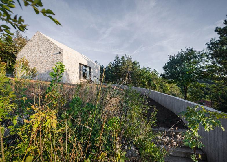 La arquitectura moderna y tradicional eslovena confluyen en esta casa compacta 18