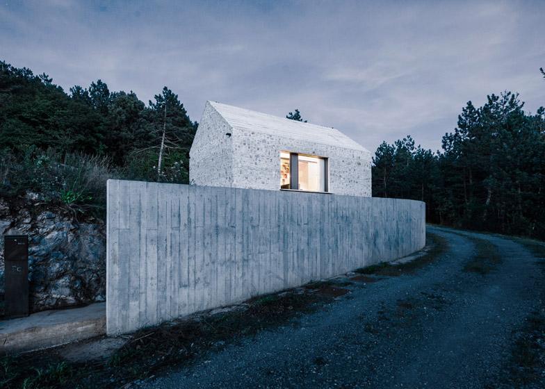 La arquitectura moderna y tradicional eslovena confluyen en esta casa compacta 19