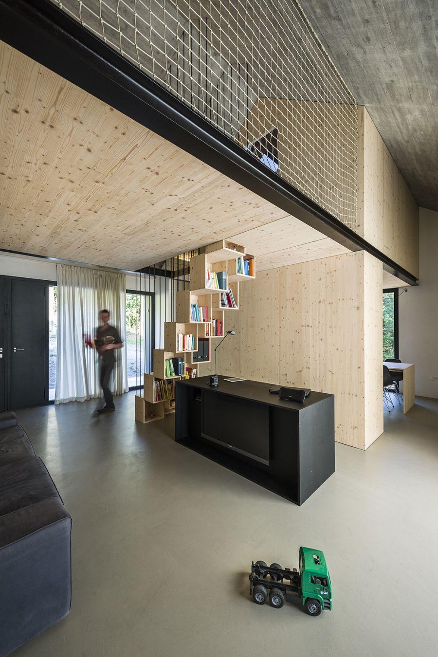 La arquitectura moderna y tradicional eslovena confluyen en esta casa compacta 20
