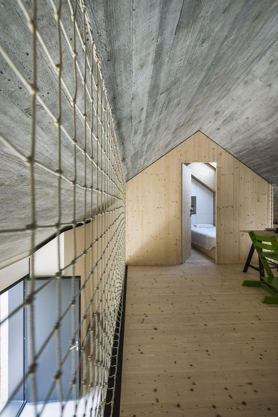 La arquitectura moderna y tradicional eslovena confluyen en esta casa compacta 22