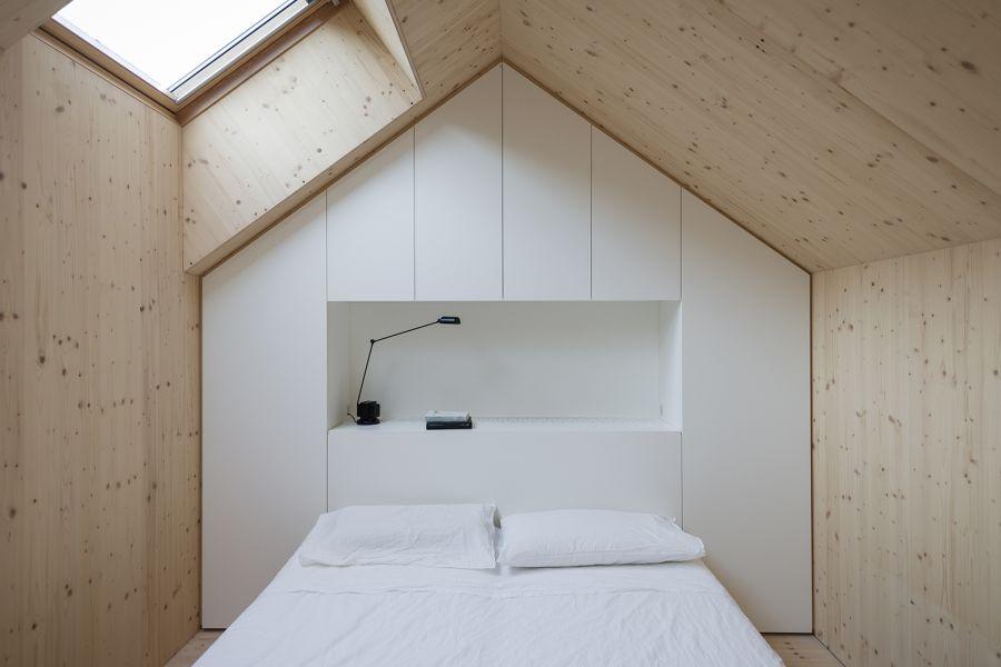 La arquitectura moderna y tradicional eslovena confluyen en esta casa compacta 24