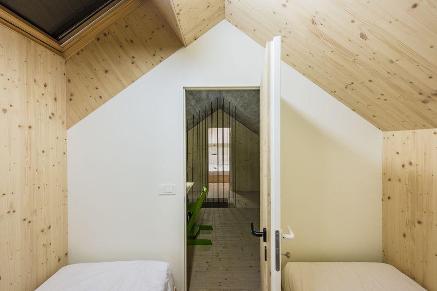 La arquitectura moderna y tradicional eslovena confluyen en esta casa compacta 27