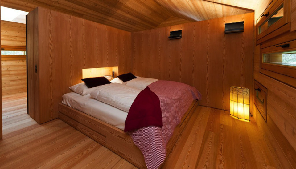 Refugio alpino hecho en madera con un toque moderno 13
