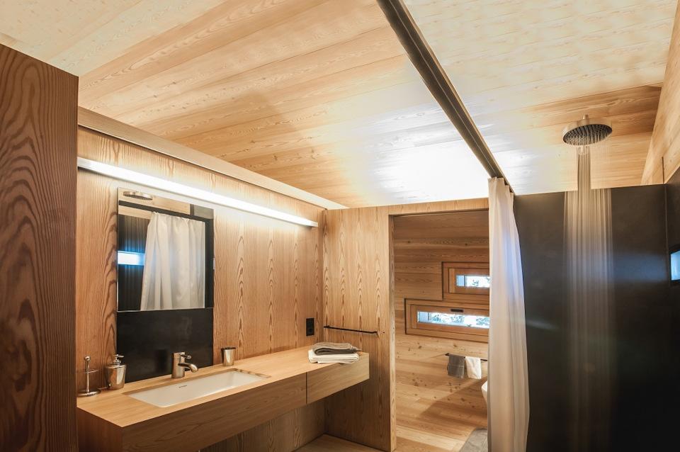 Refugio alpino hecho en madera con un toque moderno 16