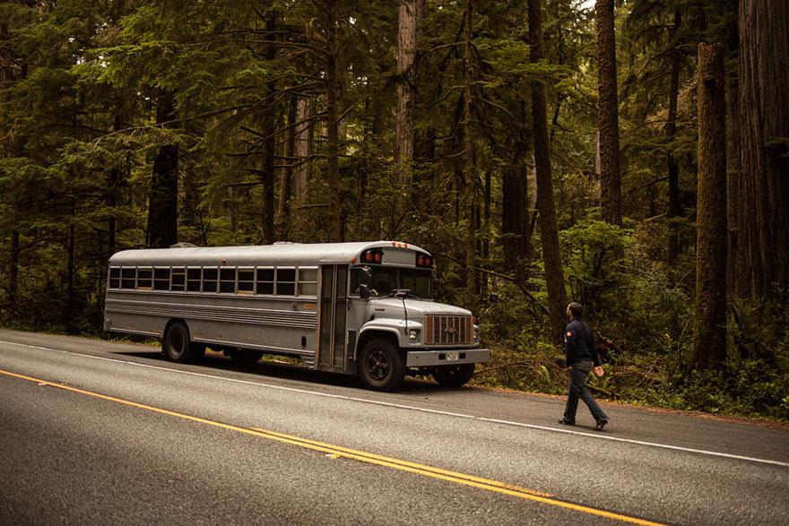 Un estudiante de arquitectura compró un autobús escolar y lo transformó en una casa móvil 1