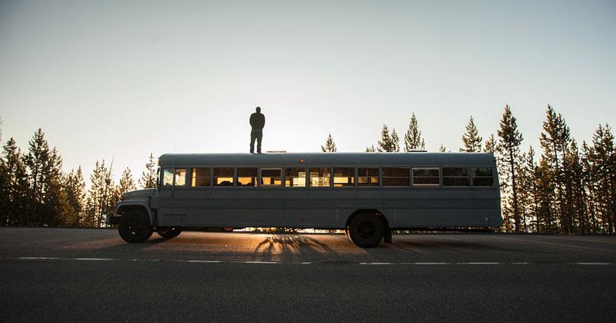 Un estudiante de arquitectura compró un autobús escolar y lo transformó en una casa móvil 10