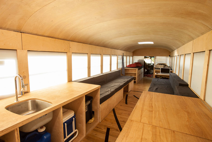 Un estudiante de arquitectura compró un autobús escolar y lo transformó en una casa móvil 2