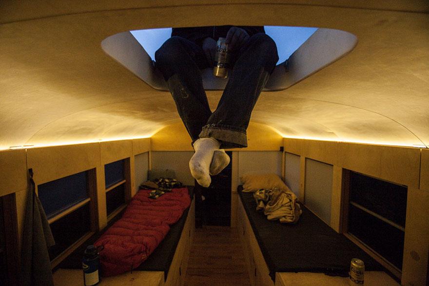 Un estudiante de arquitectura compró un autobús escolar y lo transformó en una casa móvil 3