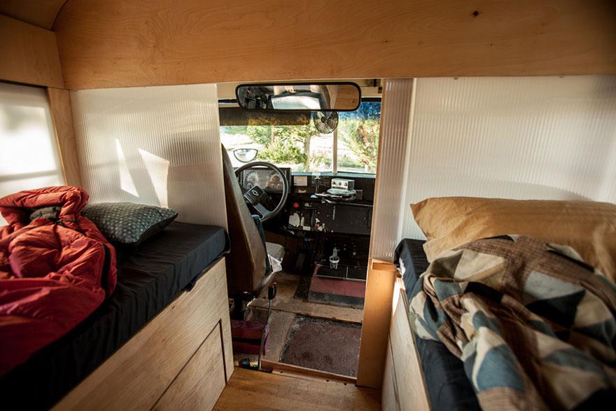 Un estudiante de arquitectura compró un autobús escolar y lo transformó en una casa móvil 4