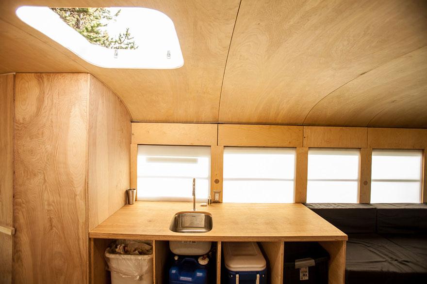Un estudiante de arquitectura compró un autobús escolar y lo transformó en una casa móvil 5