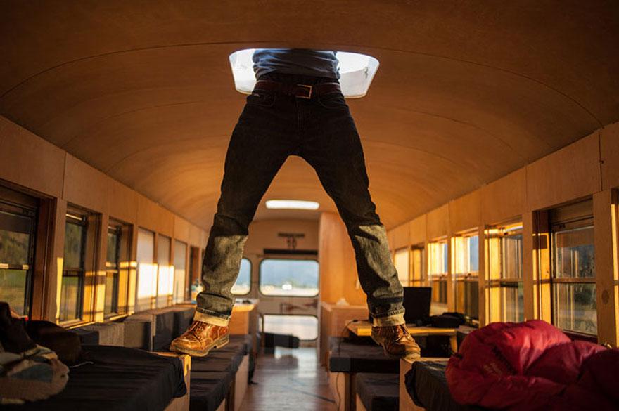 Un estudiante de arquitectura compró un autobús escolar y lo transformó en una casa móvil 6